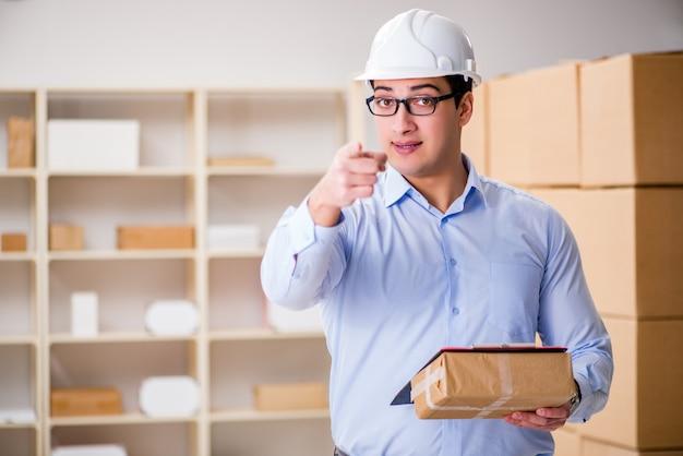 Jeune employé du bureau de poste chargé des colis Photo Premium
