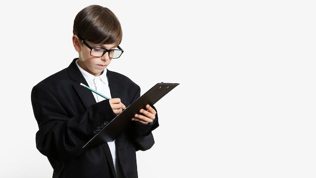 Jeune enfant en costume avec des lunettes Photo gratuit