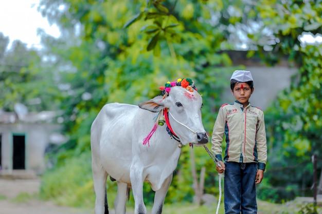 Jeune enfant indien célébrant le festival de pola Photo Premium