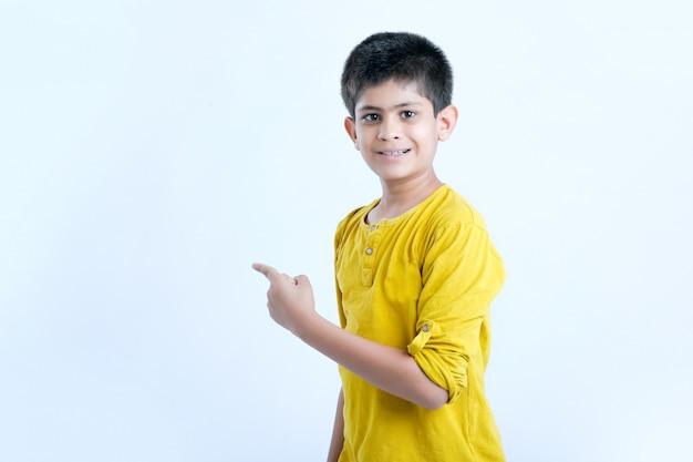 Jeune enfant indien multi expressions Photo Premium