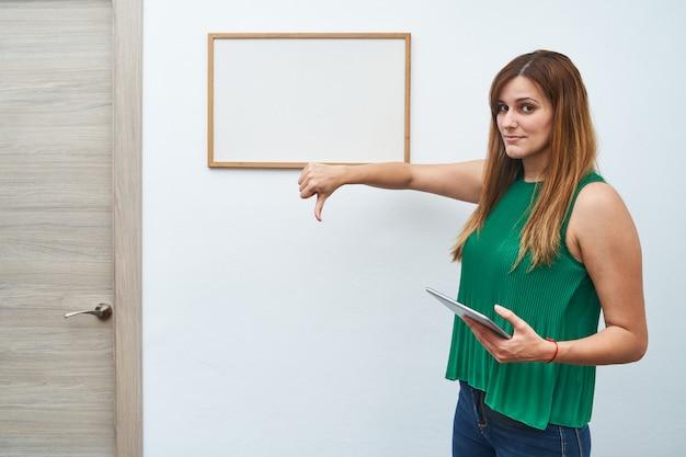 Jeune Enseignant Enseignant Avec Un Tableau Blanc Et Une Tablette. Photo Premium
