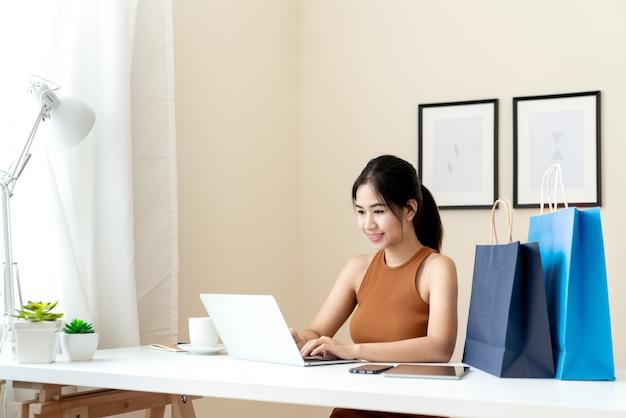 Jeune Entrepreneur Asiatique Vérifiant Sa Commande, Photo Premium