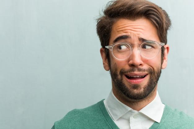 Jeune entrepreneur beau visage gros plan très peur et peur Photo Premium