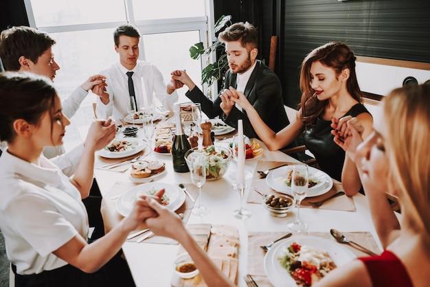 Jeune entreprise est assis autour de la table à dîner Photo Premium