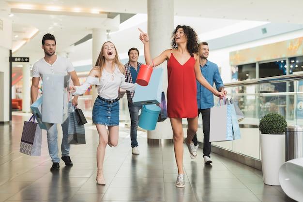 Jeune entreprise faisant du shopping au centre commercial vendredi noir Photo Premium