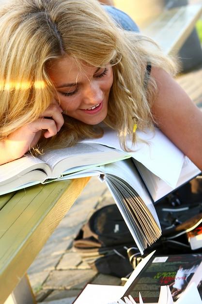 Jeune étudiant attrayant, lisant le livre Photo gratuit