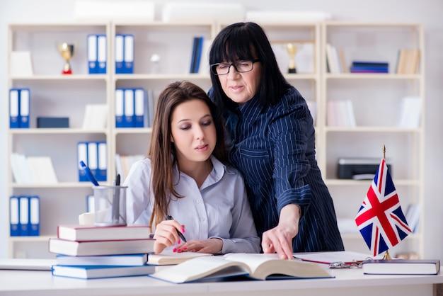 Jeune étudiant étranger en cours d'anglais Photo Premium