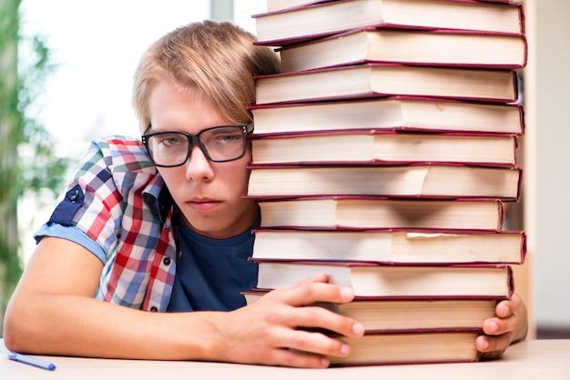 Jeune étudiant se préparant aux examens universitaires Photo Premium
