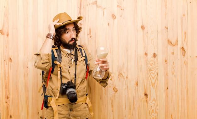 Jeune Explorateur Fou Avec Chapeau De Paille Et Sac à Dos Photo Premium