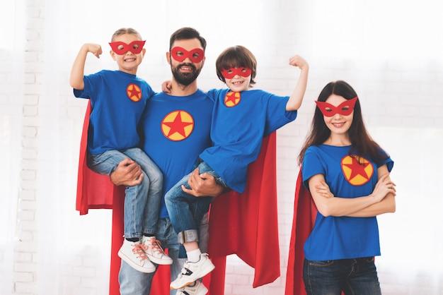 Jeune famille en costume rouge et bleu de super-héros. Photo Premium