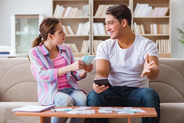 Jeune famille discutant des finances familiales Photo Premium
