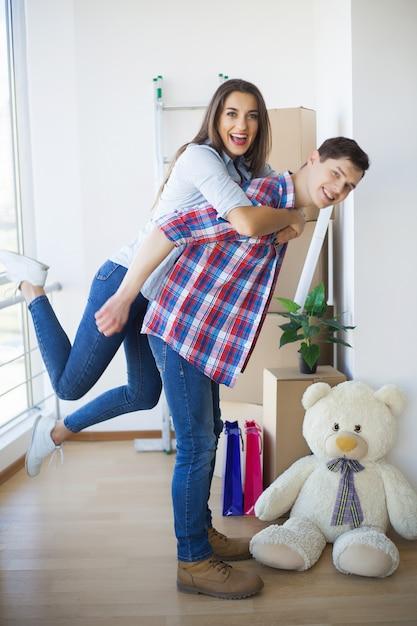 Jeune Famille Emménageant Dans Une Nouvelle Maison Photo Premium