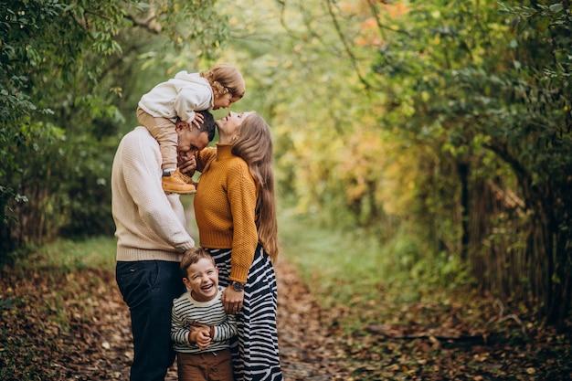 Jeune Famille Avec Enfants Dans Le Parc Automne Photo gratuit