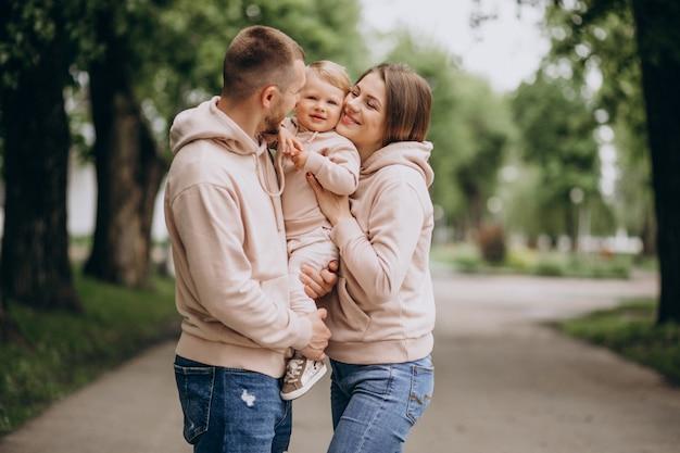 Jeune famille avec leur petit bébé dans le parc Photo gratuit