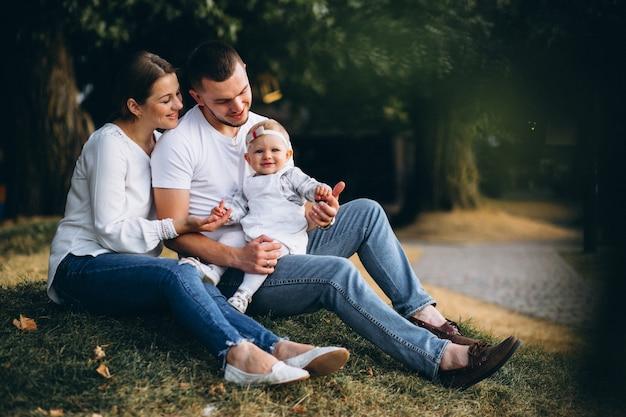 Jeune famille avec leur petite fille en automne parc Photo gratuit