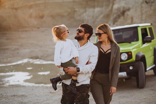 Jeune famille avec petite fille voyageant en voiture Photo gratuit