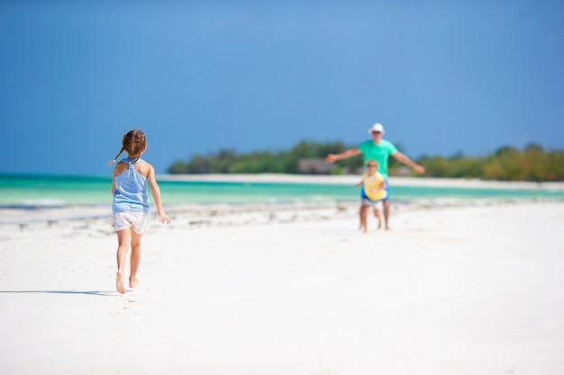 Jeune famille profitant des vacances d'été à la plage. enfants et papa ensemble sur la plage Photo Premium