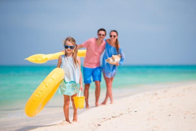 Jeune famille profiter de vacances à la plage Photo Premium