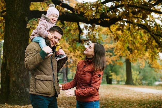 Jeune famille, promenades, dans, automne, parc Photo gratuit