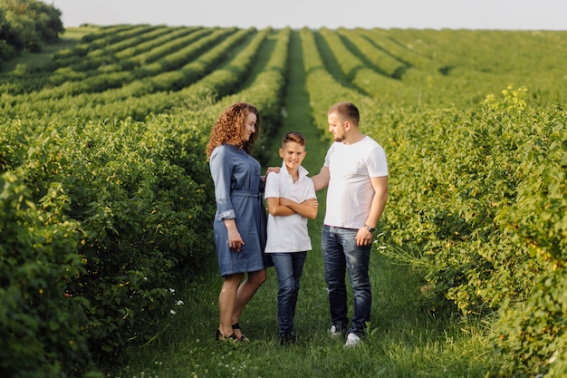 Jeune Famille à La Recherche En Marchant Dans Le Jardin Photo gratuit