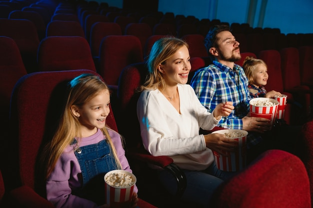 Jeune Famille Regardant Un Film Dans Un Cinéma Photo gratuit