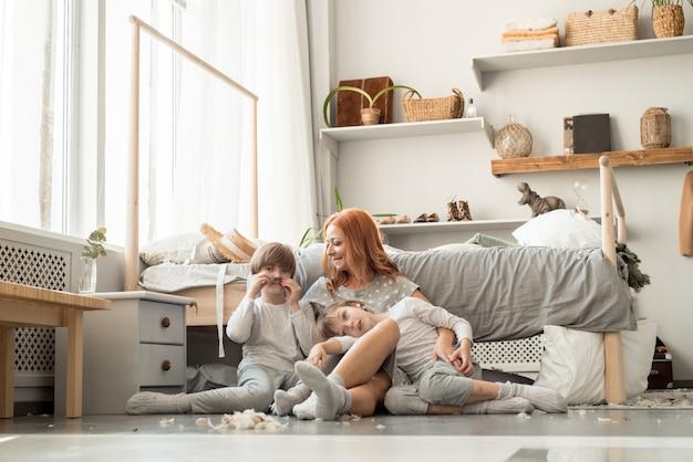 Jeune Famille Se Reposant Ensemble Dans Le Lit Des Parents Photo Premium