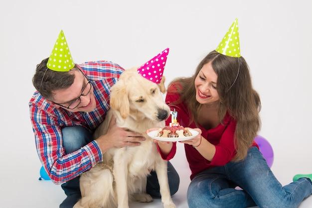 Une Jeune Famille Avec Son Chien Golden Retriever Fête Un An. Photo Premium