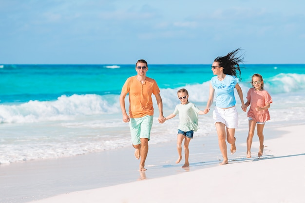 Jeune famille en vacances s'amuse beaucoup Photo Premium