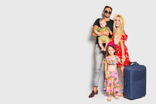 Jeune famille avec valise Photo gratuit