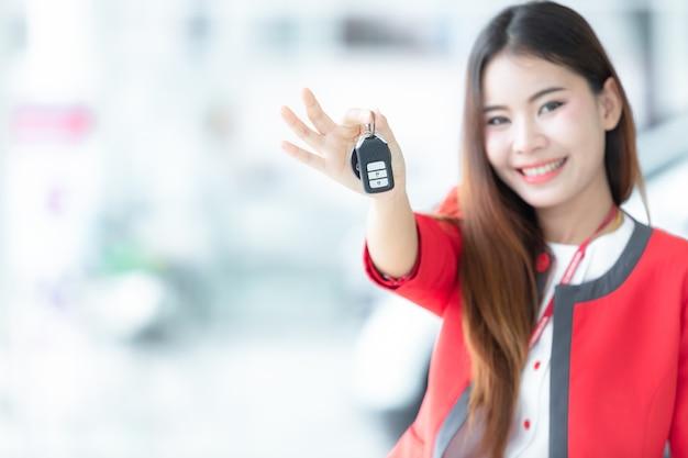 Une jeune femme achète une voiture avec les clés de sa nouvelle voiture, Photo Premium