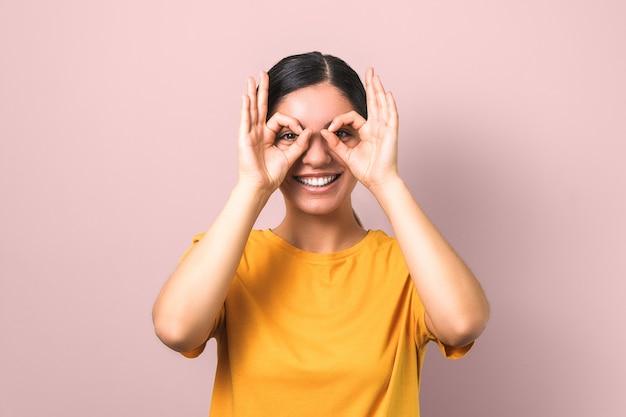 Jeune Femme Active Et énergique Imitant Des Lunettes Photo Premium