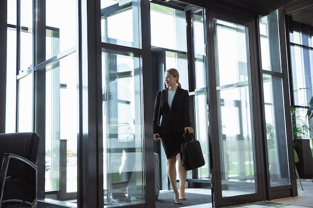 Jeune Femme D'affaires En Attente De Départ à L'aéroport, Voyage De Travail, Mode De Vie Professionnel. Photo gratuit