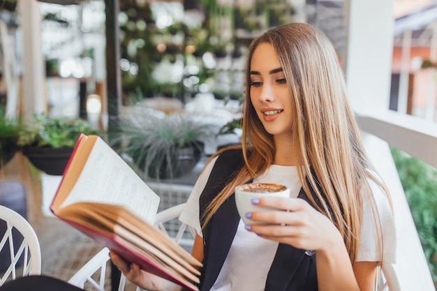 Jeune, Femme Affaires, Boire, Latte, Dans, Les, Café Photo Premium