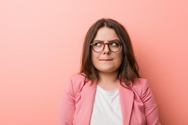 Jeune, femme d'affaires caucasien taille plus confus, se sent douteux et incertain. Photo Premium