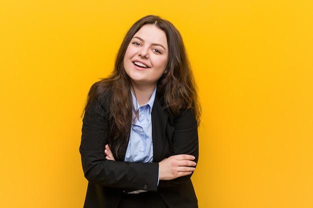 Jeune et femme d'affaires caucasien de taille rire et s'amuser. Photo Premium