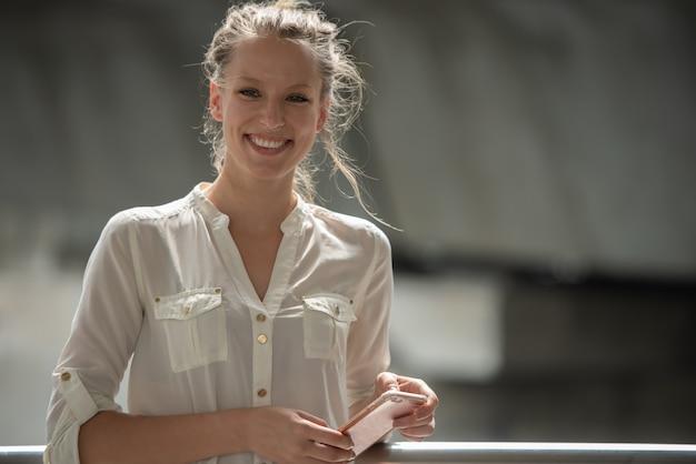 Jeune femme d'affaires caucasien sur un téléphone mobile intelligent. Photo Premium