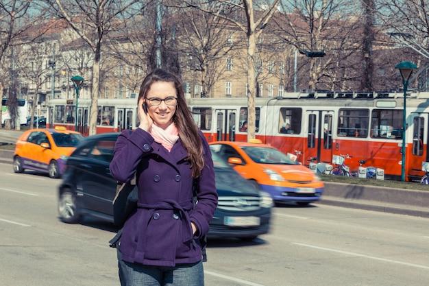 Jeune femme d'affaires à côté de la route urbaine Photo Premium