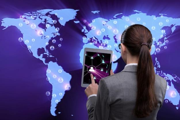 Jeune femme d'affaires dans les réseaux sociaux Photo Premium