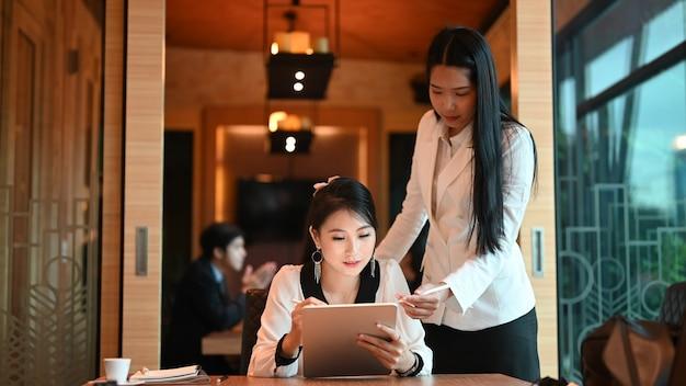 Jeune Femme D'affaires Donnant De Nouvelles Idées De Projet à Ses Partenaires Dans La Salle De Conférence. Photo Premium