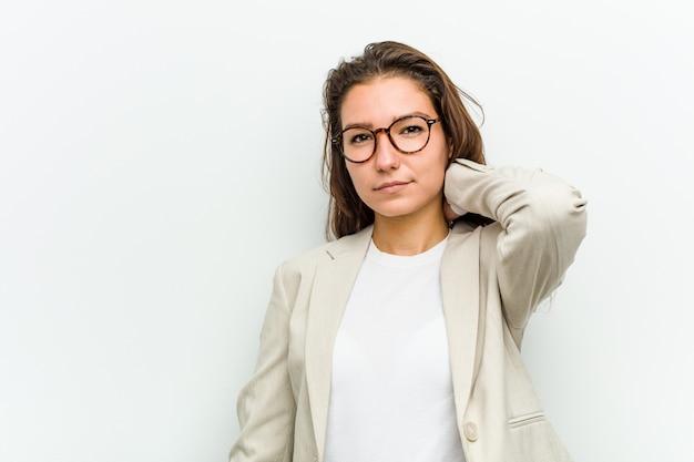 Jeune femme d'affaires européenne souffrant de douleurs au cou, style de vie bien soigné. Photo Premium