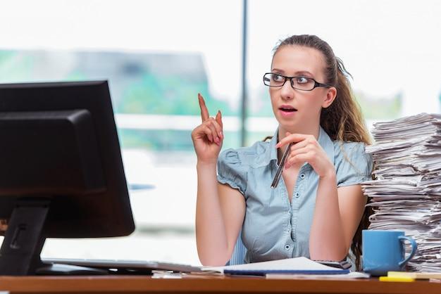 Jeune femme d'affaires avec une idée brillante Photo Premium