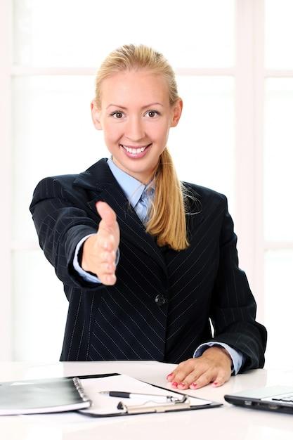Jeune, Femme Affaires, Offrir, Poignée Main Photo gratuit