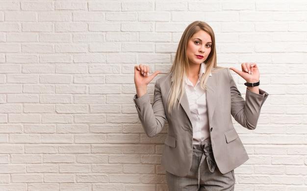 Jeune Femme D'affaires Russe Donnant Un Câlin Photo Premium