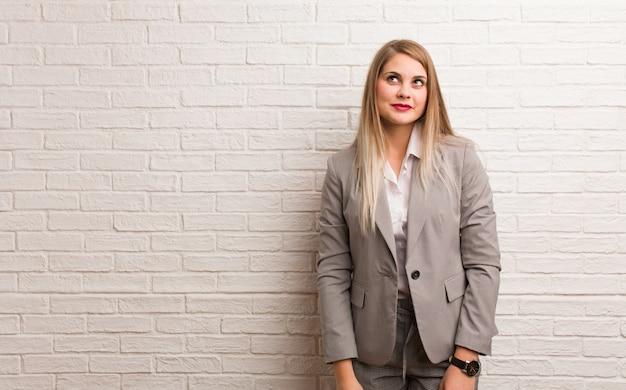 Jeune Femme D'affaires Russe Drôle Et Sympathique Montrant La Langue Photo Premium