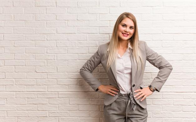 Jeune Femme D'affaires Russe Avec Les Mains Sur Les Hanches Photo Premium