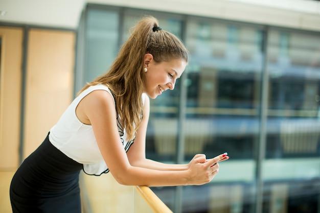 Jeune femme d'affaires avec téléphone portable Photo Premium