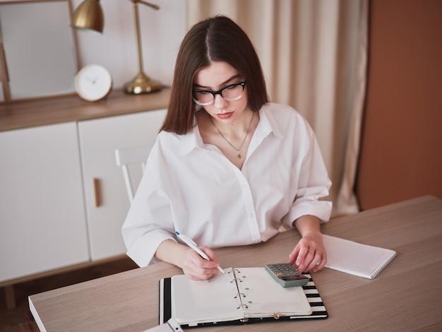 Jeune Femme D'affaires Travaillant à Domicile Photo Premium