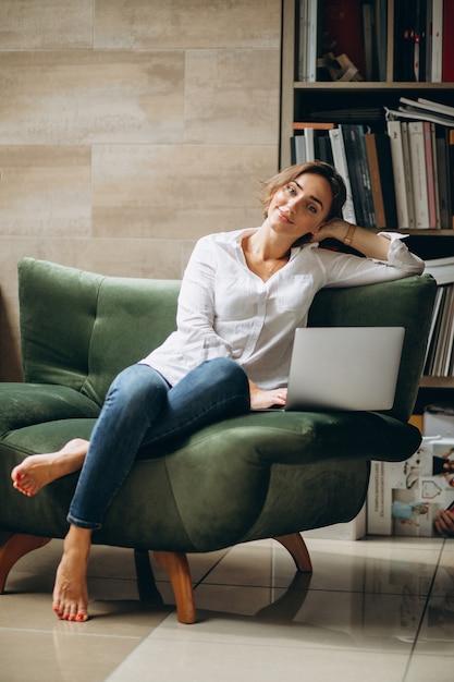Jeune femme d'affaires travaillant sur un ordinateur à la maison Photo gratuit