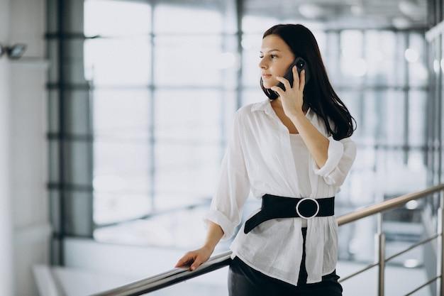 Jeune, Femme Affaires, Utilisation, Téléphone, Bureau Photo gratuit