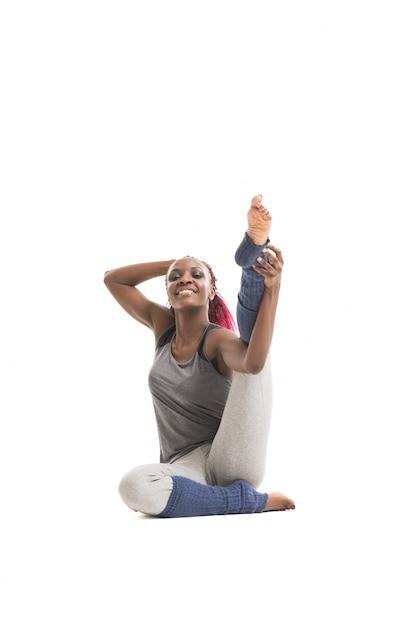 Jeune Femme Africaine Qui S'étend De Sa Jambe Photo Premium